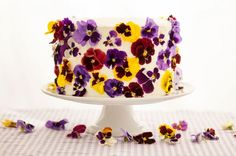 pastel decorado con flores comestibles