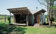 Simple vernacular verandas at Guest Studio by Glen Murcutt Australian Architecture, Architecture Design, Glen Murcutt, Le Ranch, Farm Shed, Roof Trusses, Shed Homes, Beach Shack, Maine House