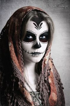 """Catrina"" sugar skull makeup / Day of the Dead Celebrations / Mexico. Sugar Skull Girl, Sugar Skull Makeup, Sugar Skulls, Catrina Tattoo, Halloween Makeup Looks, Halloween Halloween, Vintage Halloween, Halloween Costumes, Dead Makeup"