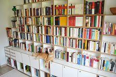Die weiße Bücherwand bietet eine Ablage für Katzen. So finden große und kleine Bücher Platz. #bücherregal #stocubo