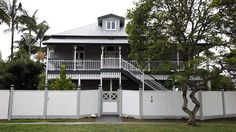 When Jan and Ed Gillman bought a tumble-down weatherboard in Southport, their first intention was to demolish and start again. Grand Designs Australia, Exterior Color Schemes, Queenslander, Good Neighbor, Inside Outside, Painting Wallpaper, Southport, Home Reno, House Front