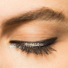 9 Eyeliner Tricks That Will Change Your Life (or at Least Save You Time) | Glamour #EyelinerPencil Best Winged Eyeliner, How To Do Eyeliner, Simple Eyeliner, Perfect Eyeliner, Thick Eyeliner, Eyeliner Ideas, Apply Eyeliner, Eyeliner Shapes, Pencil Eyeliner