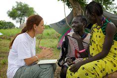 L'operatrice dell'UNHCR Maria Ferrante parla con Stella Rachu, mamma di quattro bambini da cui è stata separata nella fuga dal suo villaggio. Ora si trova in Sud Sudan.  www.unhcr.it  © UNHCR/T.Irwin
