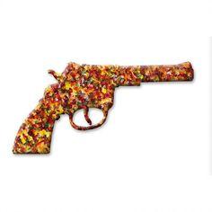 Manfred Unterweger - 200 Shots - Artwork by Manfred Unterweger (Undi +i) (@Undi)    Revolver aus Gummibärchen auf Reliefplatte / auf weißem Grund, 110 x 85 cm