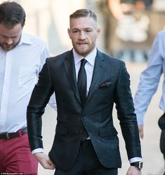 Conor McGregor Haircut - High Skin Fade with Hard Side Part Conor Mcgregor Anzug, Conor Mcgregor Suit, Mcgregor Suits, Notorious Conor Mcgregor, Connor Mcgregor, Casual Hairstyles For Men, Popular Mens Hairstyles, Haircuts For Men, Curly Haircuts