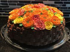 Sjokoladekake, fylt med sjokoladesmørkrem, hjemmelaget vaniljekrem og toppet med blomster av sveitsisk marengssmørkrem.
