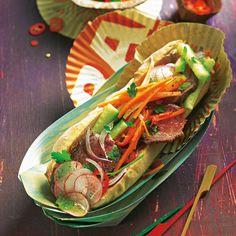 Zum Anbeißen: die vietnamesische Spezialität Báhn Mì. Das Asia-Sandwich mit Rindersteak, knackigem Gemüse – und Leberwurst. Foto: Thomas Neckermann