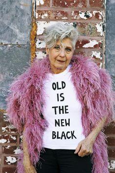 Mujeres maduras. La modelo Debra Rapoport con camiseta en la que se lee el mensaje: ¿Su mensaje? «La vejez es el nuevo negro». Foto: D.R. http://smoda.elpais.com/articulos/castigada-por-ser-mujer-madura-y-sexy/6092