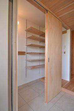 Genkan with large walk in shoe closet. Home Interior Design, Interior Architecture, Interior And Exterior, Wardrobe Furniture, Home Furniture, Japanese Interior, House Entrance, Japanese House, House Rooms