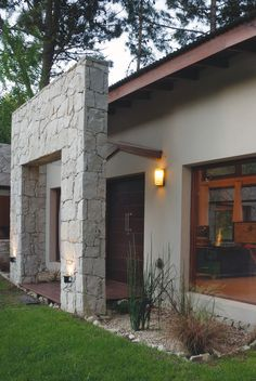 Arquitecto Hugo Zawadzki Home Entrance Decor, Entrance Design, House Entrance, Building Design, Building A House, Casa Petra, Two Storey House Plans, Side Yard Landscaping, House Design Pictures