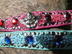 Armbänder Gewachstes Rindsleder in Pink,Schmuckengel, roter  Strass und rote Glasperlen von Hand einzeln eingestickt,Nieten. Türkis mit Hellblau