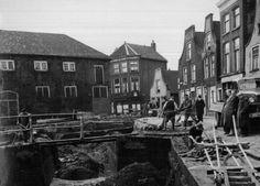 ng tot: 1953-12-31 Beschrijving: Tijdens de demping van de gracht aan de Noordmolenstraat vlak bij de Raam. De straten op de achtergrond zijn van links naar rechts de Verbrande Erven, de Breedstraat en de Zijlstraat.