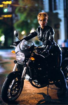 Halle Berry is CATWOMAN – 2004 Source: kino.de