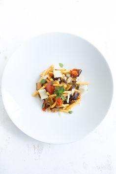 Egal ob zu Pasta, Ciabatta, Fisch oder Fleisch: Die sizilianische Caponata ist eine köstliche Gemüsesauce für heiße Tage.