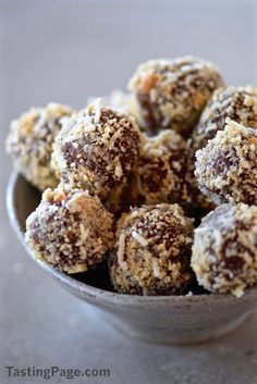 Cacao Cashew Coconut Balls - cashews, dates, coconut, cacao. Raw Desserts, Sweet Desserts, Delicious Desserts, Healthy Baking, Healthy Treats, Dessert Healthy, Vegan Baking, Healthy Food, Baby Food Recipes