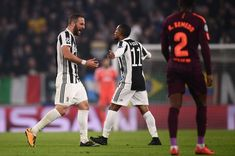 Juventus' forward from Argentina Gonzalo Higuain (L) reacts during the UEFA Champions League Group D football match Juventus Barcelona on November 22, 2017 at the Juventus stadium in Turin.  / AFP PHOTO / Marco BERTORELLO