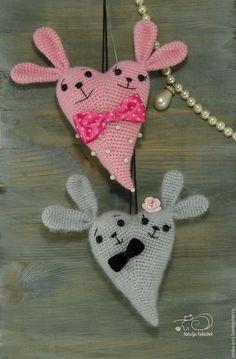 Скоро 14 февраля — день Святого Валентина, день любви и романтики. И так повелось, что символом этого праздника стало сердце. Я предлагаю связать вам для подарка своим любимым и друзьям вот такого Сердешного Заю. Для вязания нам понадобится: - любая пряжа; - немного чёрных ниток для вышивки мордочки (у меня мулине); - крючок подходящего размера; - наполнитель для игрушек; - глазки (…