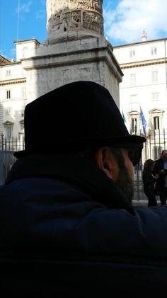 Niente striscioni, nessun esibizionismo. Questo il tono del sit-in di Gennaro Ciliberto che si è svolto ierinella Galleria Alberto Sordi, a pochi passi da Palazzo Chigi. Anche i testimoni di giust…