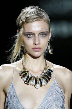 Il Meglio della Settimana della Moda di Madrid - Primavera/Estate 2017 - Tendenze Gioielli  Perle: Ana Locking ha creato dei look feroci e stravaganti.