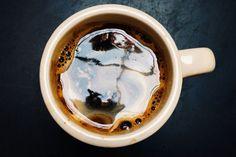 """Kelime anlamı ile """"keyif veren içki """" anlamına gelen kahvenin oldukça ilginç bir hikâyesi vardır. Önce size biraz bundan bahsetmek isterim. Çok eski zamanlarda Arap yarım adasında keçilere çobanlık yapan Kaldi isimli bir çocuk uyuklamakta olan keçilerinin bir bitkiyi yedikten sonra canlandıklarını fark etmiştir."""