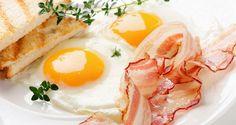 prato com dois ovos fritos e fatias de bacon crocantes