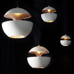 Weiße Kugel-Hängeleuchten Sixties-Design HERE COMES THE SUN von DCW éditions Leuchten: Die weissen Pendelleuchten mit Kupfer-Innenseite erzeugen warme Glanzlichter