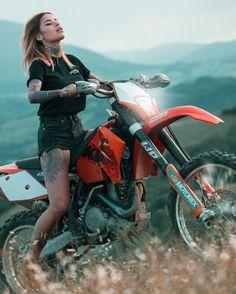 Biker @Zoe_Cristofoli ......@wise_squad #Parmacella ...... #tattoo #model #biker .... @apache.customs clothes Motorcross Bike, Motorbike Girl, Motocross Racer, Motocross Girls, Vintage Motocross, Dirt Bike Girl, Lady Biker, Biker Girl, Biker Couple