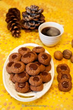 BISCUITI CU NUCA SI CIOCOLATA | Diva in bucatarie Romanian Food, Food Combining, Sweet Pastries, Cupcake Cookies, Cupcakes, Food Lists, Easy Cooking, Cookie Recipes, Biscuits