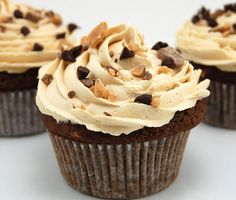 Chocolate, toffee, and espresso combine to make one awesome cupcake. These Toffee Mocha Cupcakes remind me of one of my favorite drinks at Starbucks of the same name, a Toffee Mocha. Food Cakes, Yummy Treats, Sweet Treats, Yummy Food, Mini Cakes, Cupcake Cakes, Cup Cakes, Baby Cakes, Cupcake Recipes