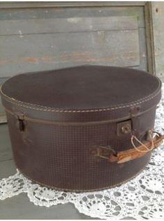 Cette boite à chapeau, à l'interieur vintage, peut garder son utilité première ou être un bel élément déco, car elle est en parfait état, malgrè le cuir de sa poignée patiné par les voyages, et ferme à clé . Pourquoi ne pas la superposer avec d'autres afin de former un bout de canapé, une table de nuit ... ?