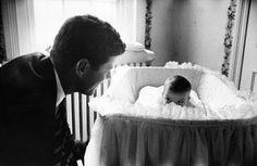 """Джон Ф. Кеннеди с дочкой Кэролайн. США. 1957 г. """"Отсутствие мечты губит народ""""..."""