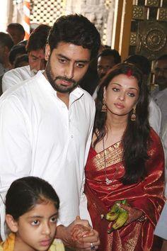 Aishwarya Rai looks absolutely gorgeous in her wedding photos with a golden saree and jewellery. Aishwarya went to Venice. Aishwarya Rai Photo, Actress Aishwarya Rai, Aishwarya Rai Bachchan, Bollywood Actress, Deepika Padukone, Bollywood Stars, Indian Bollywood, Vintage Bollywood, Pakistani