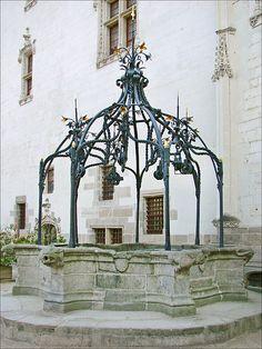 Le puits dans la cour intérieure du  Château des Ducs de Bretagen (Nantes). Pays-de-la-Loire