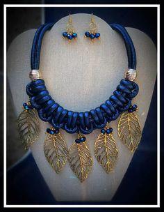 hermoso juego aretes y maxi collar azul con dijes de hojas