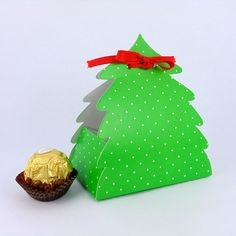 Caixa Árvore de Natal - Verde Poá. Xmas, Christmas Ornaments, Gift Packaging, Origami, Gift Wrapping, Holiday Decor, Cake Pop, Silhouette Projects, Crafts