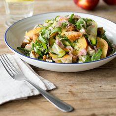 Ein leichter Sattmacher-Salat, der ohne weiteres als ganzes Gericht durchgeht. Selbst die Brotbeilage kann man sich sparen, die hat er nämlich direkt mit im Gepäck. Eben ein Salat, der einfach alles hat!