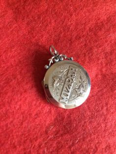 Victorian 9ct front and back locket lovely condition inside setting is gold plated stamped at the back is 9ct front and back Weight 3.7g Size top