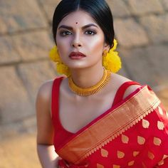 Stunning saree styling from and those chokers from ! Stunning saree styling from and those chokers from ! Saree Look, Red Saree, Bollywood Saree, Bollywood Fashion, Bengali Saree, Bengali Bride, Indian Sarees, Bengali Wedding, Kerala Saree