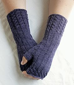 Knitting Patterns Mittens I love to knit leggings again and again. The fetching here I have modified from the original and … Baby Knitting Patterns, Crochet Gloves Pattern, Crochet Poncho Patterns, Knitted Gloves, Knitting Socks, Wrist Warmers, Hand Warmers, Diy Mode, Vintage Gloves