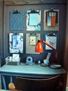 Muito interessante esta ideia de decorar a parede do home office com pranchetas!