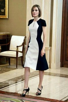 Queen Letizia of Spain in black and white color block Carolina Herrera dress. Cute Dresses, Beautiful Dresses, Short Dresses, Dresses For Work, Office Dresses, Midi Dresses, Modest Fashion, Fashion Dresses, Dress Outfits