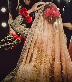 There's no better teacher than experience, and even if you are fully prepared to be a bride, we are sure you will have something new to learn even then! So here are some brides who learnt from experie. Bridal Dupatta, Pakistani Bridal Dresses, Pakistani Bridal Makeup, Bridal Poses, Bridal Photoshoot, Red Lehenga, Lehenga Choli, Bollywood, Bride Look
