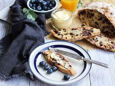 Soda bread http://fr.chatelaine.com/cuisine/soda-bread-noisettes-canneberges-et-chocolat/