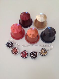 recyclage-capsules-nespresso-collier-en-capsules-nespresso Diy Nespresso, Pierre Decorative, Cappuccino Machine, Italian Coffee, Coffee Pods, Latte Art, Projects To Try, Creations, Diy Crafts