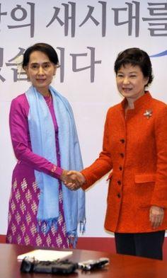 29/01/2013 - MIANMAR - A líder de oposição do Mianmar, AUNG SAN SUU KYL (à esquerda), aperta a mão da presidente da Coreia do Sul, PARK GEUN-HYE, durante encontro em Seul, nesta terça-feira (29). Elas são as mulheres mais importantes do cenário político da Ásia. Jung Yeon-je/AP.
