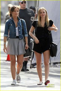 Leighton Meester and Minka Kelly strolled in LA yesterday as they filmed scenes for The Roommate. Leighton Meester, Minka Kelly Style, Old Fat, Casual Sweaters, Famous Women, All About Fashion, Gossip Girl, American, Spring Summer Fashion
