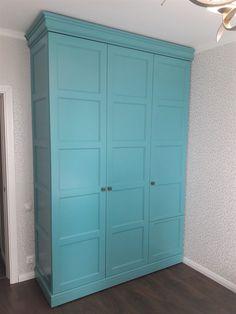 Дизайнерский бирюзовый шкаф для спальни, изготовленный нами по индивидуальному проекту. Фасады, карниз и цоколь изготовлен из массива бука и МДФ, шкаф покрашен итальянской мебельной эмалью Sayerlack и дополнительно покрыт акриловым лаком. Tall Cabinet Storage, Locker Storage, Lockers, Furniture, Home Decor, Closets, Interior Design, Cabinets, Home Interior Design
