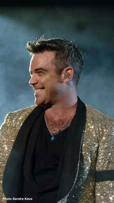 Fantastic pic of Robbie Williams - the show man ! Robbie Williams, Oliver Twist, Dean Martin, Stoke On Trent, Mod Music, Eric Winter, Edward Wilding, Philip Winchester, Belle