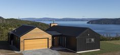 Loch Eagles A picture perfect design which combines classic lake-land style and modern architectural thinking. This beautiful, contemporary home makes the most of its wonderful setting and spectacular views over Lake Taupo. Roof Design, House Design, Design Design, Modern Barn House, Modern Cabins, Gable House, House Cladding, Rural House, Modern Farmhouse Exterior