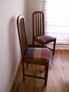 Comedor para cuatro personas en tonos gris y negro las for Tapizar sillas de madera